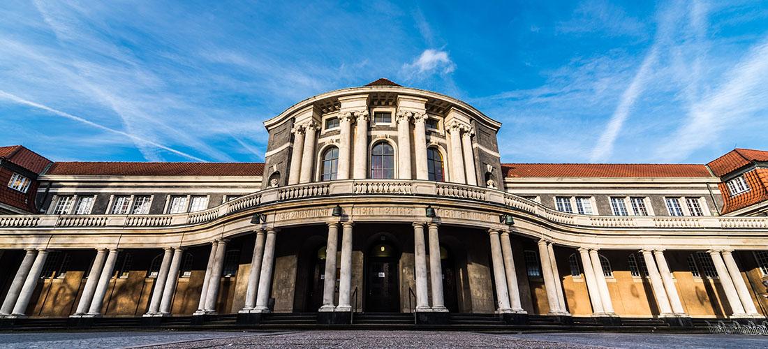 Das Foto zeigt den Eingang des ESA Hauptgebäudes der Universität Hamburg.