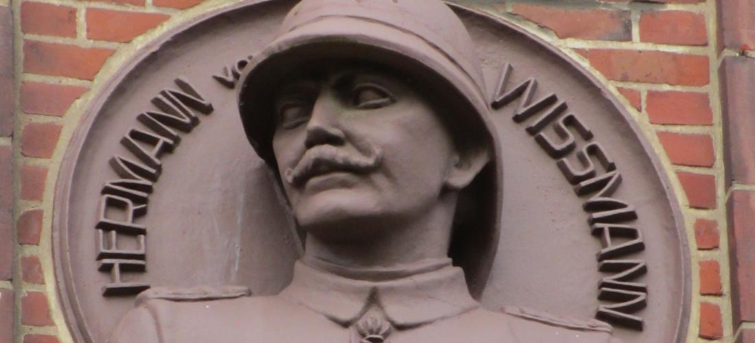 """Das Foto zeigt ein Fassadenrelief von Lothar von Trotha, das ihn in militärischer Uniform zeigt."""""""""""