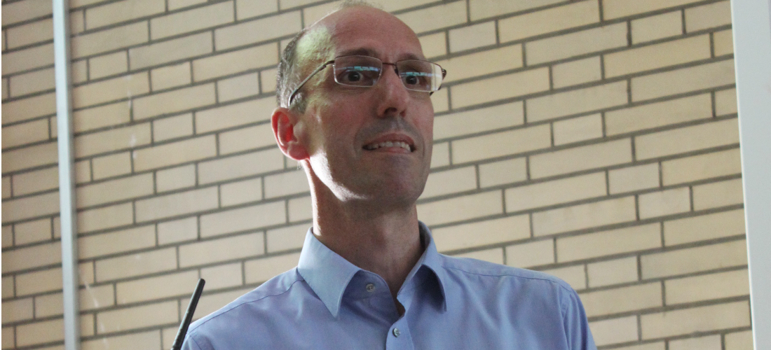 Das Foto zeigt Prof. Dr. Ulrich Mücke während seines Vortrags an der Universität Hamburg.