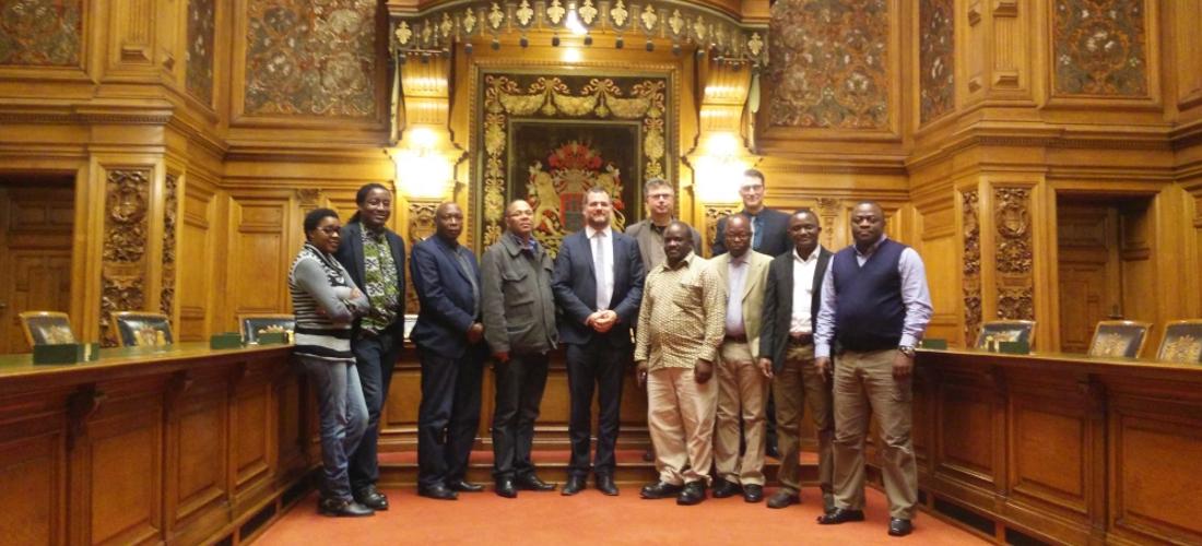 Das Foto zeigt eine Gruppenaufnahme im Rathaus.