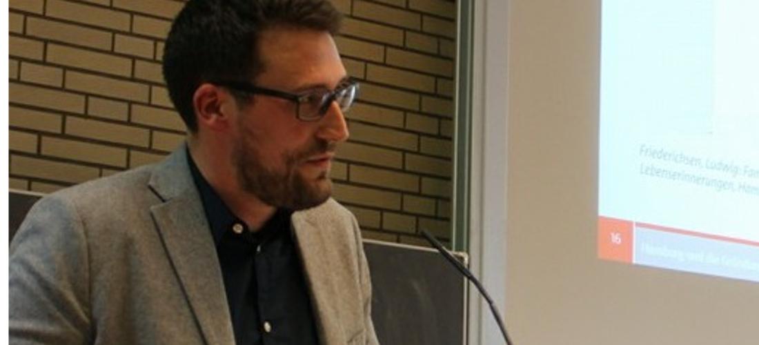 Das Foto zeigt Kim Todzi während seines Vortrags an der Universität Hamburg.