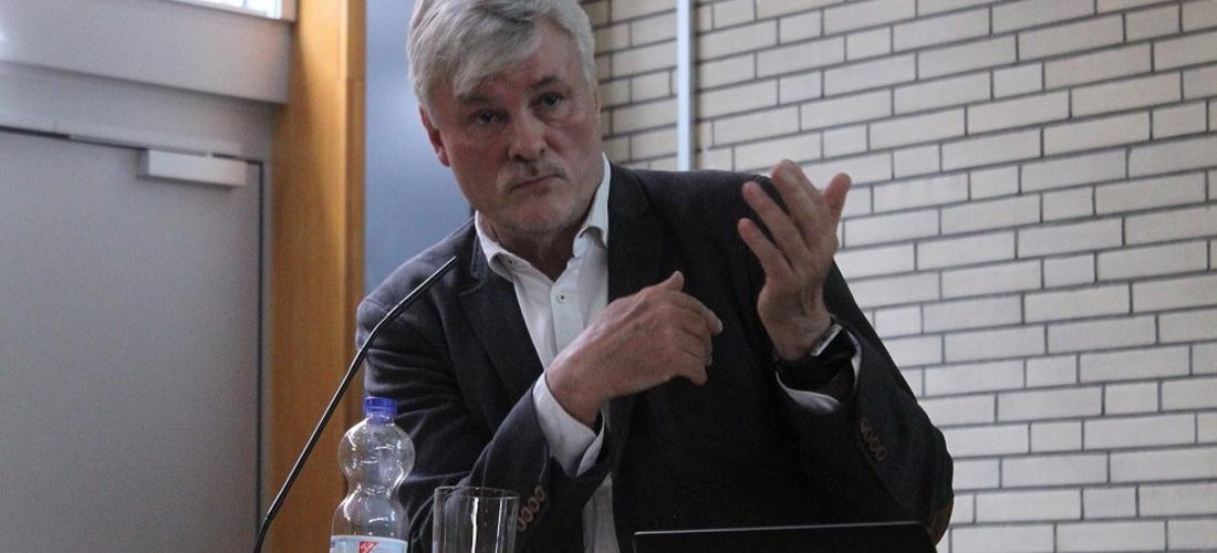 Das Foto zeigt Prof. Dr. Michael Zeuske während seines Vortrags an der Universität Hamburg.