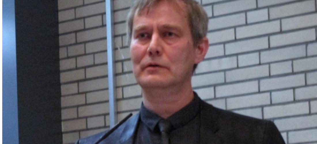 Das Foto zeigt Prof. Dr. Dirk van Laak während seines Vortrags an der Universität Hamburg.