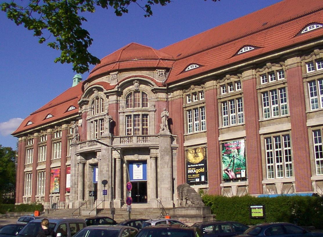 Das Foto zeigt die Fassade des Museums für Völkerkunde (heute MARKK).