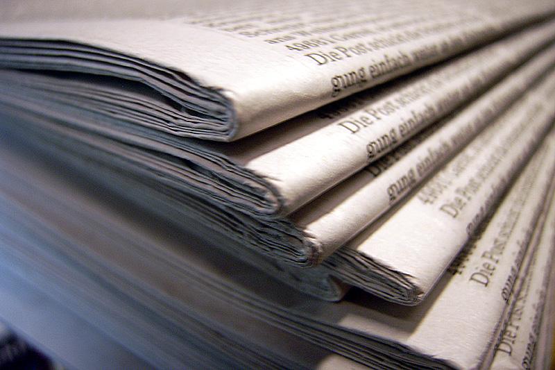 Das Foto zeigt mehrere gestapelte Zeitungen.