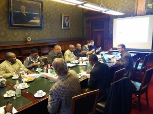 Das Foto zeigt eine Diskussionsrunde im Hamburger Rathaus. Die Teilnehmer der Diskussionsrunde sitzen an einem langen Tisch und tauschen sich aus.