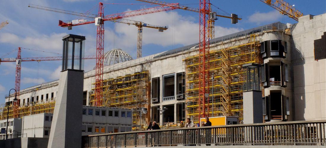 Das Foto zeigt Bauarbeiten am Humboldt Forum.