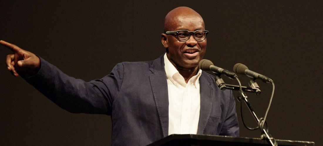 Das Foto zeigt Achille Mbembe während seines Vortrags im Thalia Theater.