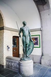 """Kriegerstatue neben der Eingangspforte des """"Afrikahaus"""" (c) Kim Todzi"""