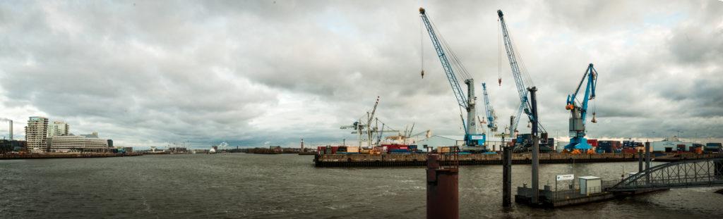 Hamburger Hafen mit dem Süd-West Terminal auf der rechten Bildseite
