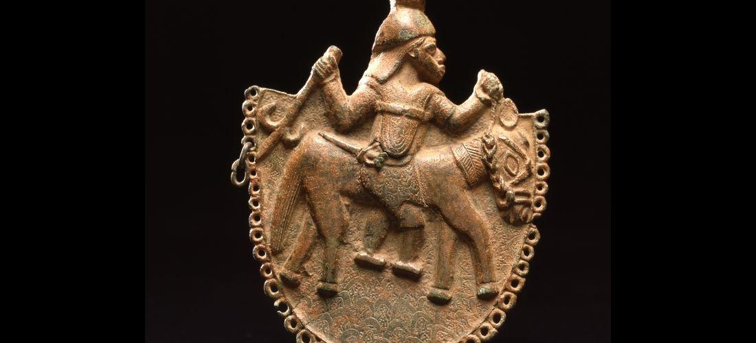 Das Foto zeigt eine Benin-Bronze - einen Reiter auf einem Tier.