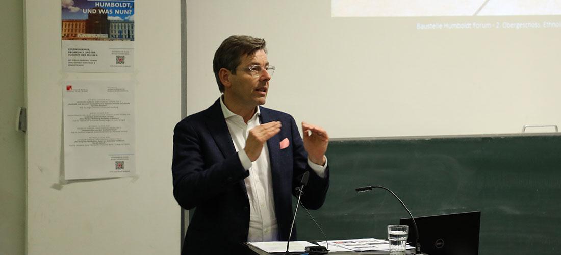Das Foto zeigt Prof. Dr. Hartmut Dorgerloh während seines Vortrags an der Universität Hamburg.