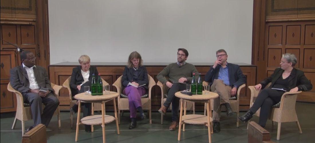 Das Foto zeigt die Teilnehmer der Diskussionsrunde im MARKK auf dem Podium.
