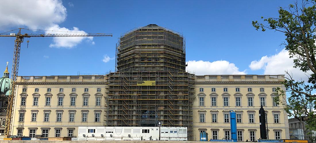 Das Foto zeigt die Fassade des Humboldt Forums. DEr Eingangsbereich ist durch ein Baugerüst verdeckt.