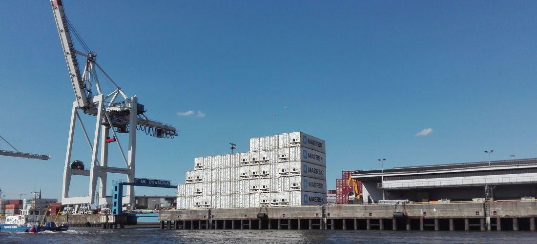 Das Foto zeigt den Containerterminal Oswaldkai. Zu sehen sind ein Kran und mehrere Container am Terminal.