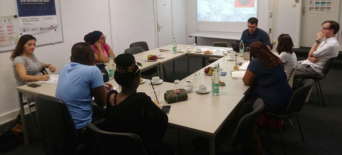 Das Foto zeigt eine Diskussionsrunde in den Räumen der Forschungsstelle. Die Teilnehmer der Diskussionsrunde sitzen an einer Tischgruppe.