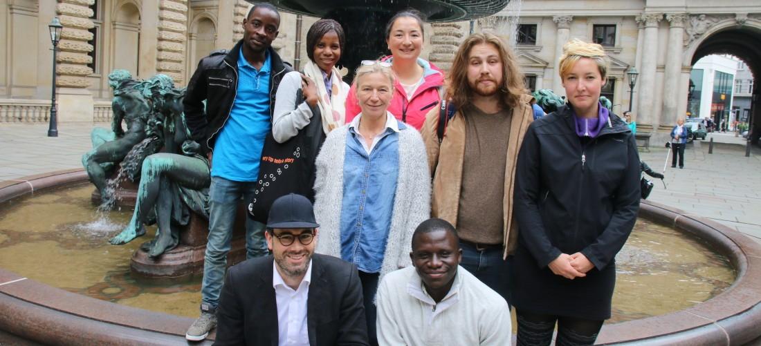 Das Foto zeigt eine Gruppenaufnahme der Teilnehmer des Stadtrundgangs.
