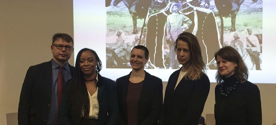 Das Foto zeigt ein Gruppenbild im MARKK von Jürgen Zimmerer, Vitjitua Ndjiharine, Ulrike Peters, Nicola Brandt und Barbara Plankensteiner.