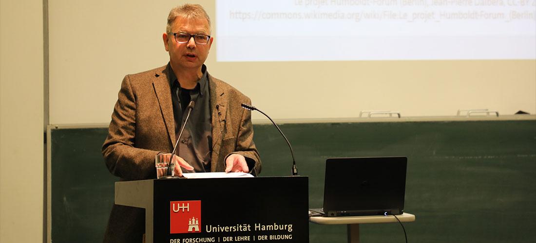 Das Foto zeigt Prof. Dr. Jürgen Zimmer während seines Vortrags an der Universität Hamburg.