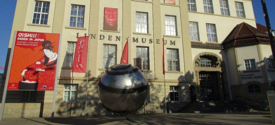 Das Foto zeigt die Aussenfassade des Linden-Museum Stuttgart.