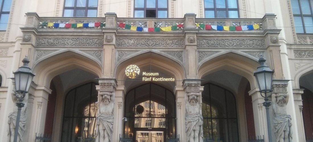 Das Foto zeigt den Eingang des Museum Fünf Kontinente München.