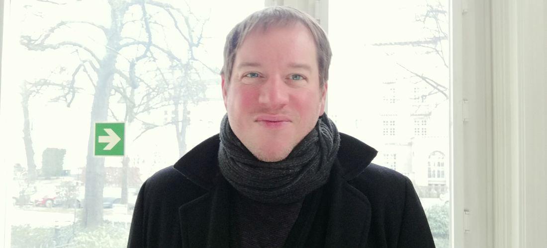 Das Foto zeigt ein Porträt des Historikers Markus Hedrich.