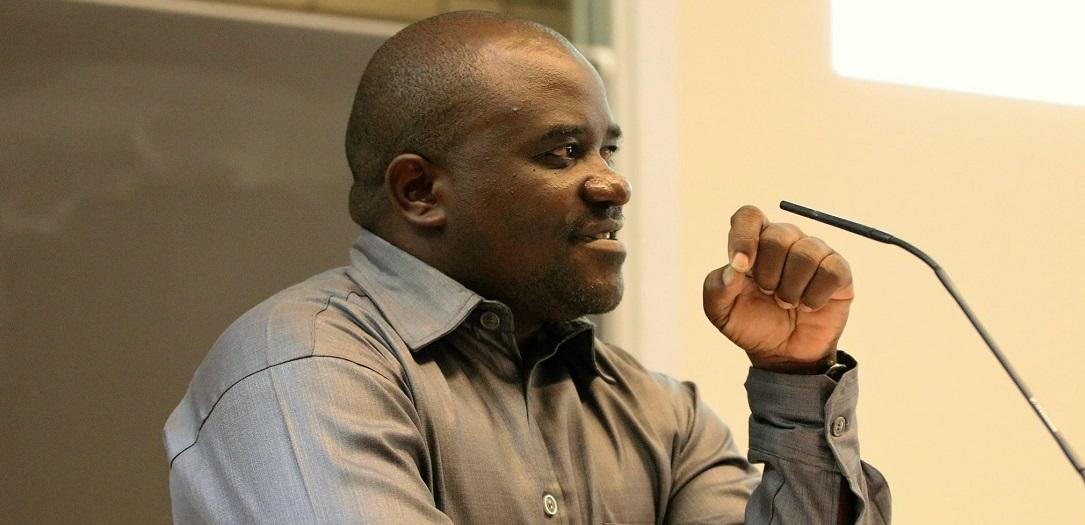 Das Foto zeigt Prof. Dr. Oswald Masebo während seines Vortrags an der Universität Hamburg.