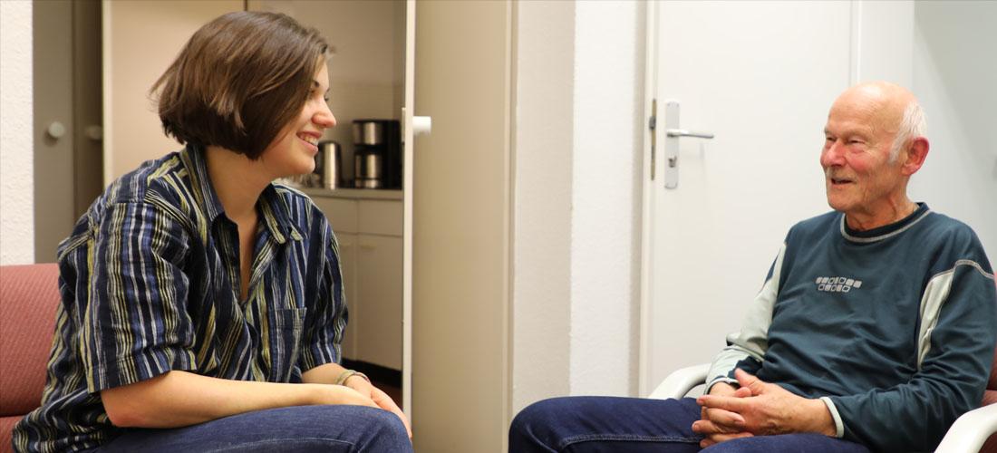 Das Foto zeigt Arwed Milz und Lisa Hellriegel während des Interviews.