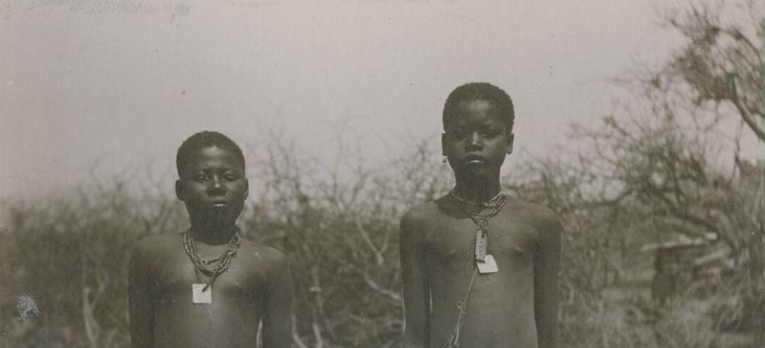 Das historische Schwartz-Weiß-Silbergelatine-Abzug zeigt zwei Schwarze Mädchen mit Kriegsgefangenenmarken um den Hals.