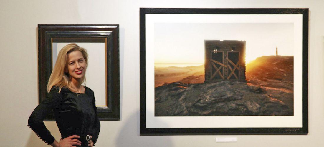 Das Foto zeigt Nicola Brandt mit einem ihrer Fotokunstwerke.