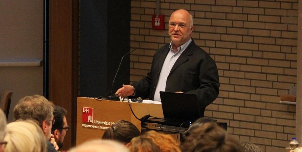 Das Foto zeigt Prof. Dr. Rainer Nicolaysen während seines Vortrags an der Universität Hamburg.