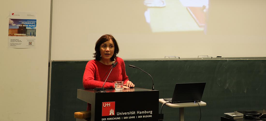 Das Foto zeigt Prof. Dr. Bénédicte Savoy während ihres Vortrags an der Universität Hamburg.