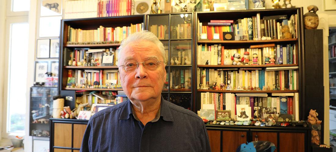 Das Foto zeigt ein Porträt von Rolf Schübel.