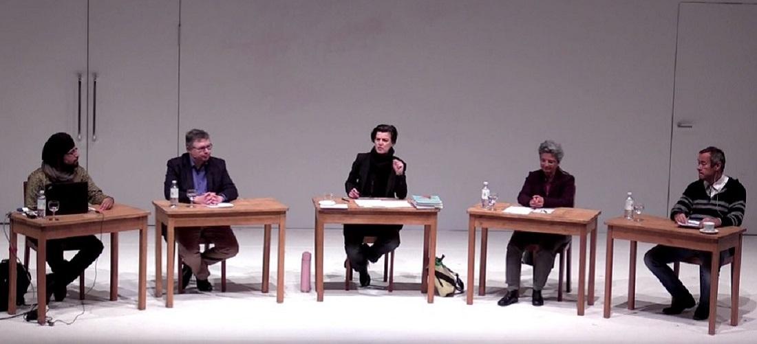 """Das Foto zeigt einen Screenshot der Diskussion im """"Streitraum"""" der Berliner Schaubühne mit Carolin Emcke, Joshua Kwesi Aikins, Iman Attia, Thomas Krüger und Jürgen Zimmerer."""