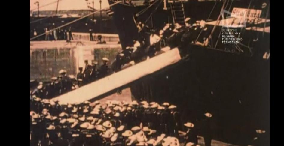 Screenshot Ausfahrt der sächsischen China-Krieger zu Schiff aus Bremerhaven am 31. Juli 1900, Deutschland 1900, Regie: Guido Seeber.