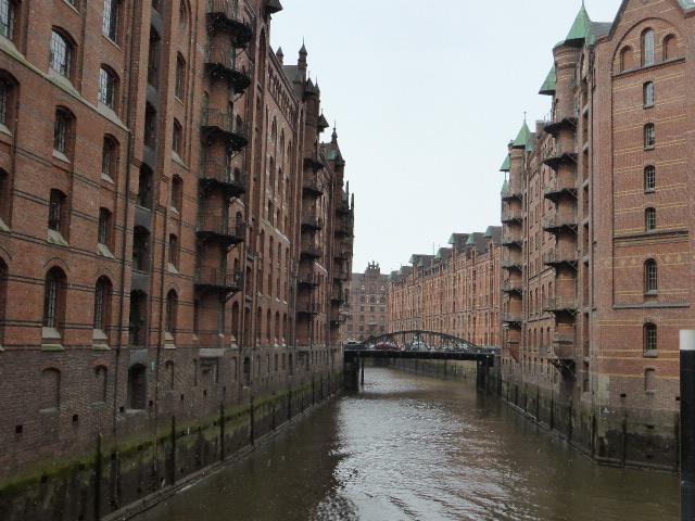 Das Foto zeigt einen mit Häusern gesäumten Kanal in der Speicherstadt.