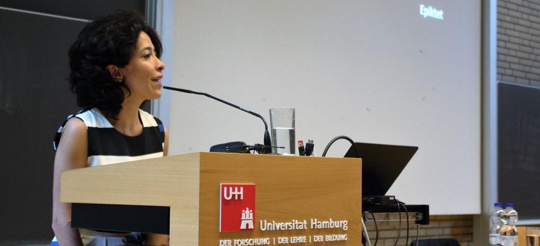 Das Foto zeigt Tania Mancheno während ihres Vortrags an der Universität Hamburg.