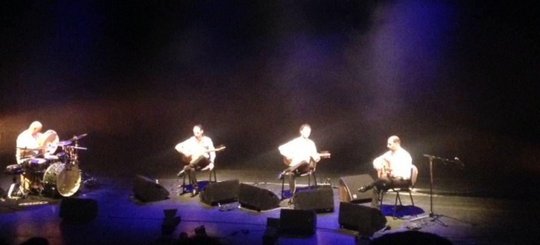 das Foto zeigt die Aufführung des Ensembles Trio Joubran zusammen mit Youssef Hbeisch. Zu sehen sind die Musiker auf der Bühne.