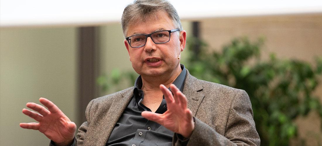 Das Foto zeigt eine Porträtaufnahme von Prof. Dr. Jürgen Zimmerer beim ZEIT Forum Wissenschaft.