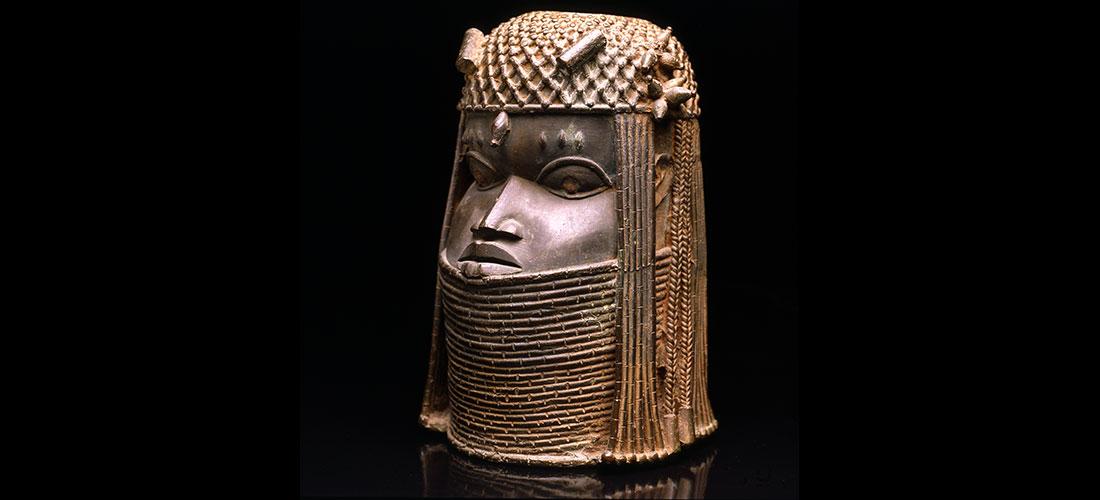 Das Foto zeigt eine Benin-Bronze, einen Kopf.