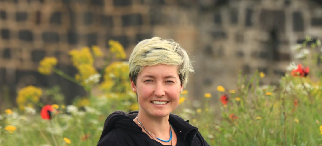 Das Foto zeigt ein Porträt der Historikerin Gisela Ewe.