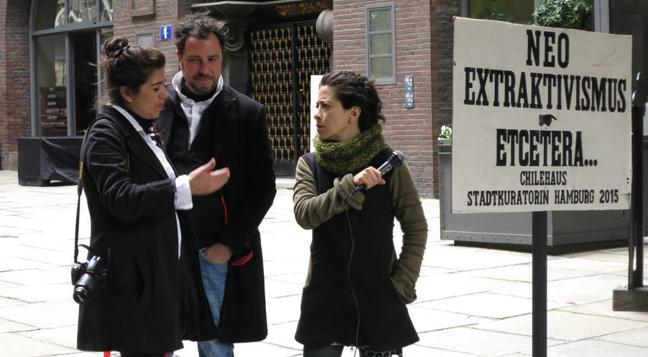 Auf dem Foto sind Loreto Garín Guzmán, Federico Zukerfeld und Tania Mancheno zu sehen. Sie sin einander zugewandt. Tania Mancheno hält ein Mikrofon in der Hand. Loreto Garín Guzmán hat eine Kamera um den Arm. Die drei unterhalten sich.