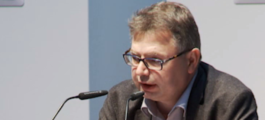Das Foto zeigt eine Porträtaufnahme von Prof. Dr. Jürgen Zimmerer während seines Vortrags.