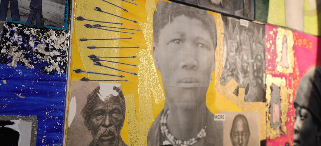 Das Foto zeigt mehrere Leinwände in verschiedenen Farben mit Porträts.