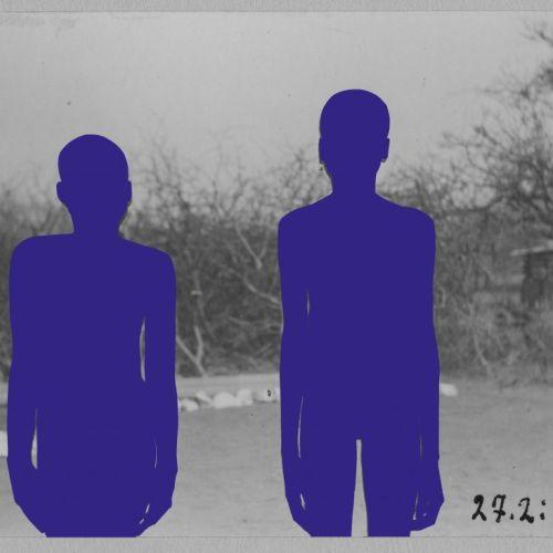 Das Foto zeigt ein Kunstwerk der Künstlerin Vitjitua Ndjiharine. Es ist ein bearbeitete historische Ikonokarte auf der zwei lila/blaue Silhouetten zu sehen sind.