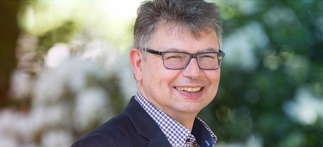 Das Foto zeigt ein Porträt des Historikers Prof. Dr. Jürgen Zimmerer.